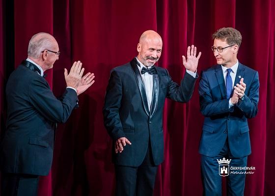 """Cser-Palkovics András polgármester """"Pro Theatro Civitatis Albae Regalis"""" díjat ad át Juhász Illés színművésznek."""